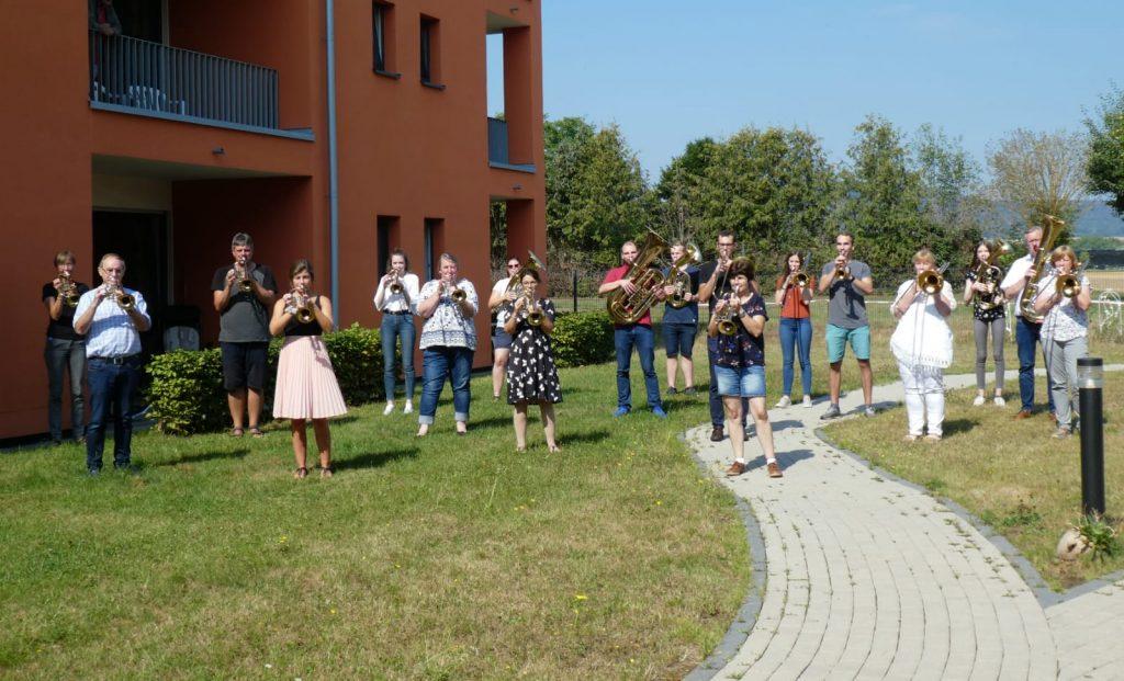 Posaunenchor Edertal beim Ständchen im Seniorenzentrum Ederaue im Sommer 2020
